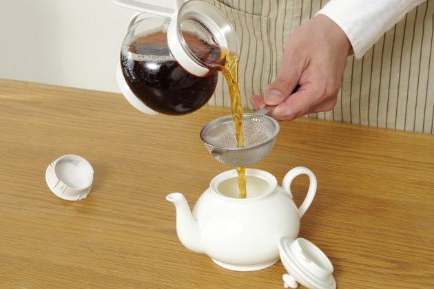 茶葉を漉し提供する