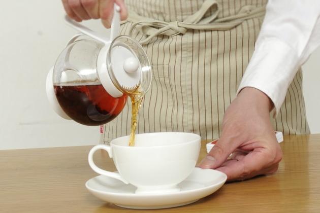 茶葉を入れて提供する