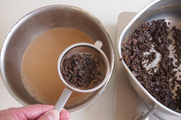 茶葉を漉し、氷水で冷やす