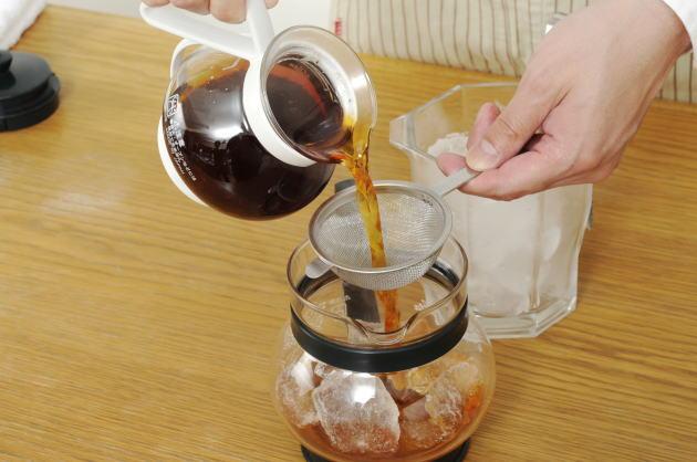 氷を入れた別のポットに茶葉を濾し、移し替える
