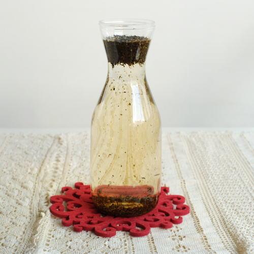 容器に茶葉を入れ水を注ぐ