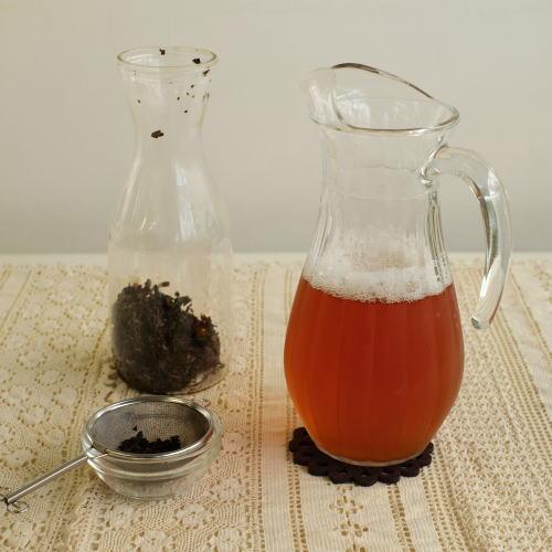 茶葉を漉し、冷蔵庫に保存する