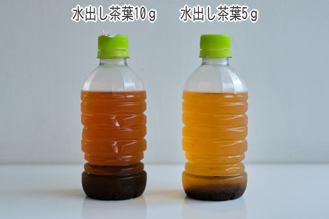 水出し紅茶・茶葉10g(左)と茶葉5g(右)3回上下を返した後