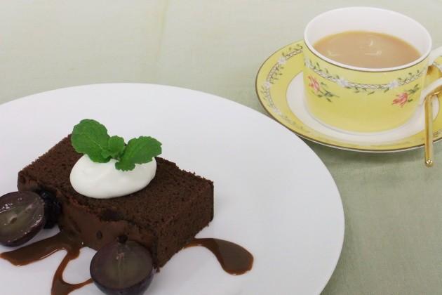 チョコレートケーキとウバ紅茶のミルクティー
