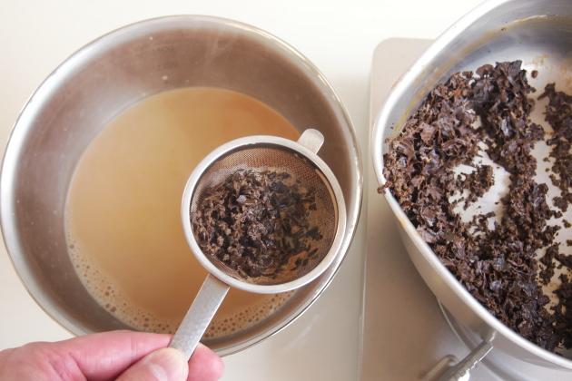 アイスミルクティーの作り方。茶葉を濾し冷やす