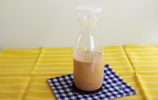 アイスミルクティーの作り方。保存容器に移し冷蔵庫で保存する