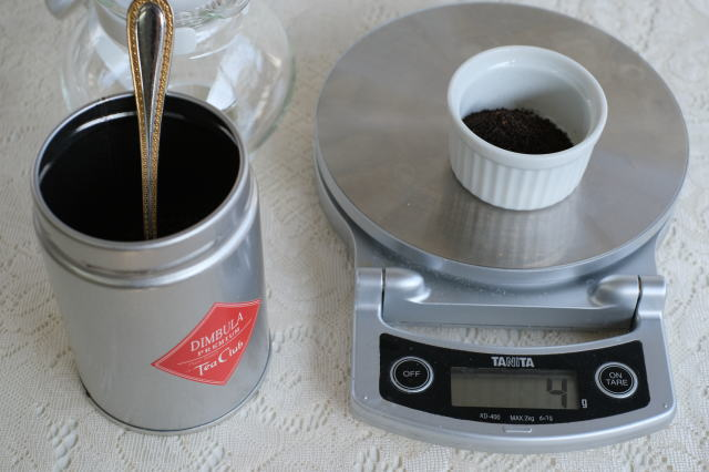 デジタル秤で茶葉を量る