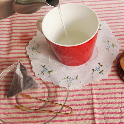 湯を注ぎマグカップを温める