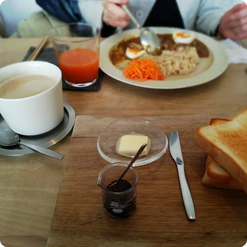カフェ風のトーストにミニ計量カップ