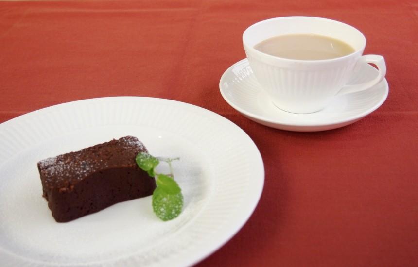 チョコレートケーキにカルダモンチャイ