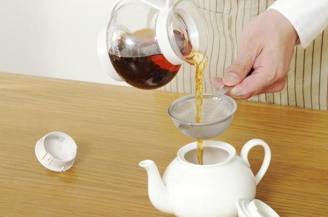 蒸らし時間が終わったら、茶葉を濾して移し替える