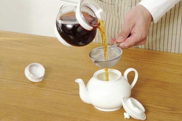 別のティーポットに茶葉を濾しながら移し替える