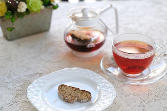 紅茶のプチシュトレンとティーバッグ